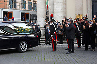 People applauding during the funeral of the Italian actor Gigi Proietti. The actor was taken to the Globe Theatre for a short ceremony before the one in the church of Artist in Piazza del popolo.<br /> Rome (Italy), November 5th 2020<br /> Photo Samantha Zucchi Insidefoto