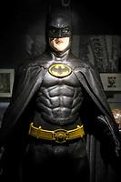 BATMAN, COSTUME PORTE PAR MICHAEL KEATON, BATMAN 1989 - EXPOSITION DC COMICS 'L'AUBE DES SUPER-HEROS' A ART LUDIQUE-LE MUSEE, PARIS, FRANCE, LE 31/03/2017.