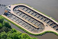 Fischpass Geesthacht: EUROPA, DEUTSCHLAND, SCHLESWIG- HOLSTEIN, GEESTHACHT, (GERMANY), 01.05.2014: Ein Fischweg oder Fischpass auch Fischwanderhilfe, im Volksmund häufig nur Fischtreppe genannt,  ist eine wasserbauliche Vorrichtung, die in Fließgewässern installiert wird, um vor allem Fischen im Rahmen der Fischwanderung die Möglichkeit zu geben, Hindernisse Stauwehre  zu überwinden.<br /> Alle Fließgewässer Organismen sind auf die Durchwanderbarkeit der Gewässer angewiesen. Fischwanderhilfen werden also an Wanderhindernissen in Fließgewässern angeordnet. Sie ermöglichen Fischen und auch Kleintieren der Gewässersohle (Makrozoobenthos) die Überwindung von  künstlichen Hindernissen.