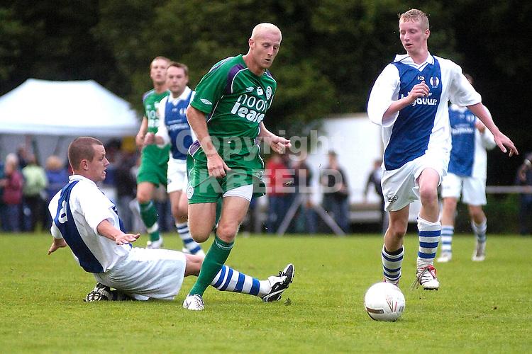 eext - groningen 0-13 voorbereiding seizoen 2007-2008 06-07-2007 meerdink tussen twee tegenstanders