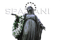 Statue Mary Spanish Square,Pope Benedict XVI prayer ceremony during the traditionnal visit to the statue of Mary on the day of the celebration of the Immaculate Conception et Piazza di Spagna (Spanish Square) on December 8, 2007