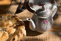 Fladenbrot und Teekanne in Usbekistan, Asien<br /> pita bread and tea pot in Uzbekistan, Asia