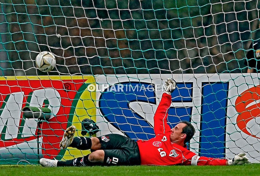 Jogo de futebol. SP. 2008.  Foto de Caetano Barreira.