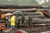 Policiais militares, Ibama e Sema aguardam chegada dos caminhões que irão transportar toras de madeira apreendidas durante  operação iniciada na última segunda feira as 7:30 horas da manhã nos arredores de Tailândia(sul do Pará), cerca de 120 homens com 30 viaturas,  da Polícia Militar do estado do Pará, polícia civil e agentes do Ibama participam da operação. Já foram apreendidas cerca de 10.000 mts cúbicos de espécimes diversas como Jatobá, Mata mata e angelim  com 4 prisões. Até agora seis serrarias uma carvoaria e uma mineradora(areia) já foram autuadas. <br /> Tailândia , Pará, Brasil.<br /> 15/02/2008.<br /> Foto Paulo Santos/Interfoto