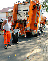 Reportage Journal - Unterwegs mit den Männern von der Abfallentsorgung - im Bild: Lader Ralf Zabel rollt die geleerte Tonne zurück . Foto: Norman Rembarz..
