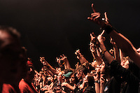 Das Festival With Full Force geht in die 18. Runde. 60 Bands aus der Hardcore-, Punk- und Metallszene haben sich auf dem haertesten Acker Deutschlands nahe Roitzschjora versammelt. Dazu gesellen sich nach Angaben der Veranstalter Sven Borges, Mike Schorler und Roland Ritter fast 30000 Besucher aus aller Welt. Drei Tage lassen die Bands ihre stromgestaehlten Gitarren gluehen und pusten per Mega-Boxenwand das Gras von der Landebahn des Sportflugplatzes. im Bild:  Metalheads in freudiger Stimmung bei Bullet for my Valentine.  Foto: Alexander Bley