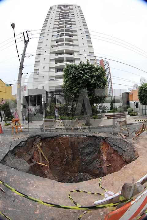 SAO PAULO, SP, 04 DE JANEIRO 2013 -  SOLAPAMENTO MOOCA -  Um grande buraco apareceu na Rua Guarei no bairro da Mooca, proximo a Rua do Acre. O buraco mede cerca de 5 metros de diametro e interditou toda a rua. Luiz Guarnieri/ Brazil Photo Press.