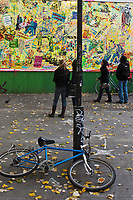 Europe/France/Ile de France/75011/Paris: Scènes de vie urbaine devant Le MUR au 109 Rue Oberkampf, panneau d'expression artistique [Non destiné à un usage publicitaire - Not intended for an advertising use]