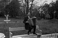 """l'accordéoniste Edouard Duleu, au Domaine de """"La Coda"""" à Gauré prés de Toulouse. Le 6 avril 1972"""