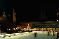 Eislaufen auf dem Mozartplatz in  Salzburg, Österreich