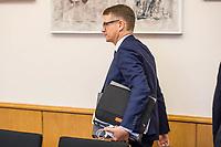 """8. Sitzungstag des 1. Untersuchungsausschusses """"Terroranschlag Breitscheidplatz"""" am Freitag den 5. Januar 2018.<br /> Als Zeugen fuer die 8. Sitzung des sog. """"Amri-Untersuchungsausschuss"""" des Berliner Abgeordnetenhaus waren Behoerdenmitarbeiter aus Nordrhein-Westfalen, der Berliner Auslaenderbehoerde und dem Bundesinnenministerium geladen. Film-, Foto- und Tonaufnahmen von den Zeugen waren untersagt.<br /> Der Amri-Untersuchungsausschuss will versuchen die diversen Unklarheiten im Fall des Weihnachtsmarkt-Attentaeters zu aufzuklaeren.<br /> Im Bild: Stephan Lenz, Obmann und Sprecher der CDU im Untersuchungsausschuss.<br /> 5.1.2018, Berlin<br /> Copyright: Christian-Ditsch.de<br /> [Inhaltsveraendernde Manipulation des Fotos nur nach ausdruecklicher Genehmigung des Fotografen. Vereinbarungen ueber Abtretung von Persoenlichkeitsrechten/Model Release der abgebildeten Person/Personen liegen nicht vor. NO MODEL RELEASE! Nur fuer Redaktionelle Zwecke. Don't publish without copyright Christian-Ditsch.de, Veroeffentlichung nur mit Fotografennennung, sowie gegen Honorar, MwSt. und Beleg. Konto: I N G - D i B a, IBAN DE58500105175400192269, BIC INGDDEFFXXX, Kontakt: post@christian-ditsch.de<br /> Bei der Bearbeitung der Dateiinformationen darf die Urheberkennzeichnung in den EXIF- und  IPTC-Daten nicht entfernt werden, diese sind in digitalen Medien nach §95c UrhG rechtlich geschuetzt. Der Urhebervermerk wird gemaess §13 UrhG verlangt.]"""