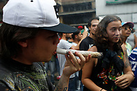 MEDELLÍN - COLOMBIA, 05-05-2018: Un hombre fuma un cigarrillo de marihuana durante la Décima Marcha Mundial de La marihuana hoy 05 de mayo de 2018 en la ciudad de Medellín, Colombia. / A man smokes a cigarrette of marijuana during the 10ª World March of Marijuana today May 5 of 2018 in Medellin City. Photo: VizzorImage / León Monsalve / Cont
