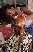 Europe/France/DOM/Antilles/Petites Antilles/Guadeloupe/Pointe-à-Pitre : Maison des cuisinières - Rony confectionne les coiffes en madras pour la fête des cuisinières