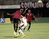 BOGOTÁ -COLOMBIA, 11-03-2015. Juan D. Murillo (Izq) jugador del Cúcuta Deportivo disputa el balón con Jonathan Estrada (Der) jugador del Deportes Tolima por la fecha 9 de la Liga Aguila I 2015 jugado en el estadio General Santander de la ciudad de Cúcuta./ Juan D. Murillo (L) player of Cucuta Deportivo vies for the ball with Jonathan Estrada (R) player of Deportes Tolima for the 9th of the Aguila League I 2015 played at General Santander stadium in Cucuta city. Photo: VizzorImage/ Manuel Hernandez / Str