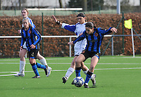 Club Brugge Dames - Rassing Harelbeke : Catherine De Baere in duel met Lore Dezeure.foto DAVID CATRY / Vrouwenteam.Be