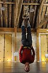 LA 36E CHAMBRE....Choregraphie : Kevin Jean..Avec :..Kevin Jean..Cadre : Cursus Transforme, fenetre sur cour(s)..Lieu : Fondation Royaumont..Ville : Asniere sur Oise..Le : 13 12 2009..© Laurent PAILLIER / photosdedanse.com..All rights reserved....Les pieds dans des garrots de pendaison, Kevin Jean part du sol puis se suspend au bout d'une corde, tête en bas, avec pour contrepoids un bidon. A partir de cette posture, il offre d'étonnantes variations qui évoquent tour à tour la chute, l'étrangeté d'un corps «en mauvaise posture», entravé et pourtant encore libre de ses mouvements (observant à droite et à gauche, dans la posture tranquille des mains dans les poches, éprouvant des torsions du dos). Kevin Jean joue ainsi du corps empêché et comme échoué, à la manière d'un corps étranger qu'il faudrait reconquérir et escalader. Parfois on entend les grincements de la corde, parfois non, ce qui ajoute une tension particulière.