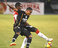 BARRANQUIILLA -COLOMBIA-17-SEPTIEMBRE-2014. Jossymar Gomez  (Izq) del Atletico junior  disputa el balon con Kevin Riascos  de Llaneros F.C., partido de la Copa  Postobon octavos de final disputado en el estadio Metroplitano.  / Jossymar Gomez  (L) of Atletico Junior dispute the ball with FC Llaneros Kevin Riascos , party Postobon Cup finals match at the Metropolitano stadium. Photo: VizzorImage / Alfonso Cervantes / Stringer
