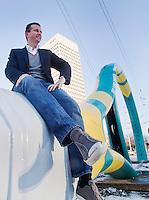 24-01-13,Tennis, Rotterdam, ABNAMROWTT, Toernooi directeur Richard Krajicek staat bij het 35 meter lange racket dat vanochtend op het Hofplein in het centrum van Rotterdam is geplaatst ter promotie van het toernooi dat van 11 tot en met 17 februari in Ahoy gehouden wordt