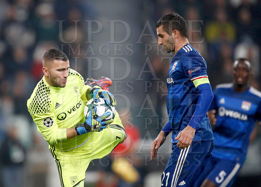 Calcio, Champions League: Gruppo H, Juventus vs Lione. Torino, Juventus Stadium, 2 novembre 2016. <br /> Lyon's Anthony Lopes, left, grabs the ball past his teammate Maxime Gonalons during the Champions League Group H football match between Juventus and Lyon at Turin's Juventus Stadium, 2 November 2016. The game ended 1-1.<br /> UPDATE IMAGES PRESS/Isabella Bonotto