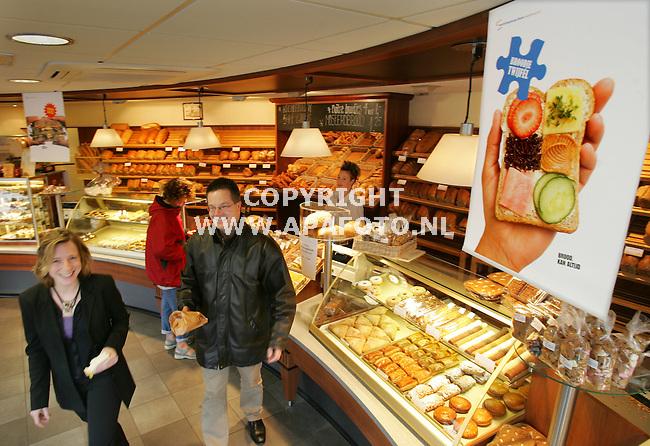 Didam, 021105<br />Bakkerij Paul Berntsen , jongeren eten brood.<br />Foto: Sjef Prins - APA Foto