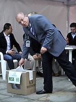 BOGOTA – COLOMBIA - 25-05-2014: Carlos Ariel Sanchez, Registrador Nacional, ejerce su derecho al voto al inicio de las Elecciones Presidente de Colombia  en la ciudad de Bogotá. Los colombianos elegirán en las urnas al nuevo Presidente de Colombia 2014-2018.  / Carlos Ariel Sanchez, National Registrar, exercised their right to vote at the beginning of Elections President of Colombia, in Bogotá city. Colombians elected at the polls the new President of Colombia from 2014 to 2018.Photo: VizzorImage/ Luis Ramirez / Staff.