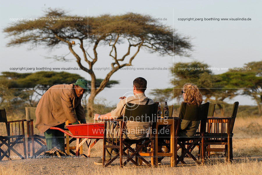 TANZANIA Serengeti Nationalpark near Arusha , tourist in wildlife lodge / Tansania Serengeti Nationalpark bei Arusha , Touristen in Lodge
