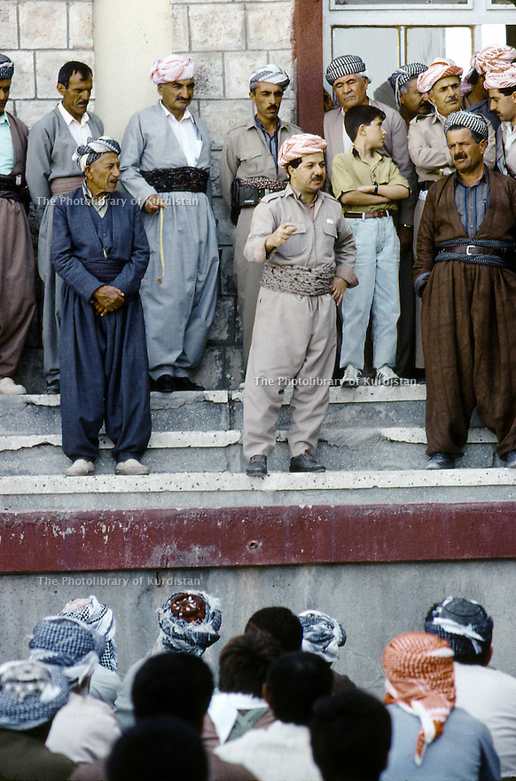Irak 1991   Masoud Barzani parlant à des notables de Kirkouk a Rowanduz   Iraq 1991  Massoud Barzani with Kirkuki personnalities in Rowanduz