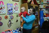 """Marina (25) mit Tochter Eva (1). """"Ich bin seit fünf Jahren mit meinem Freund zusammen. Erst haben wir mit Kondomen verhütet, aber später wollten wir Kinder haben. Ich wusste genau, dass ich HIV bekommen kann, aber auch, dass es eine gute Chance gibt, dass das Kind gesund bleibt. So kam es auch. Eva ist gesund, ich habe eine Infektion."""" Jekaterinburg hat die höchste Rate HIV- Infizierter in Russland/  Marina (25) and daughter Eva (1). Marina has HIV, but her daughter didn´t got infected. Yekaterinburg has the highest rate of HIV-Infections in Russia."""