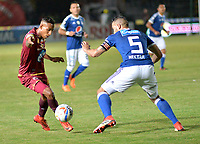 IBAGUE - COLOMBIA, 21-04-2018: Rafael Carrascal (Izq.) jugador de Deportes Tolima disputa el balón con Andres Cadavid (Der.) jugador de Millonarios, durante partido entre Deportes Tolima y Millonarios, de la fecha 17 por la Liga Aguila I 2018, jugado en el estadio Manuel Murillo Toro de la ciudad de Ibague. / Rafael Carrascal (R) player of  Deportes Tolima vies for the ball with Andres Cadavid (L) player of Millonarios, during a match between Deportes Tolima and Millonarios of the 17th date for the Aguila League I 2018,  played at Manuel Murillo Toro stadium in Ibague city. Photo: VizzorImage / Juan Carlos Escobar / Cont.