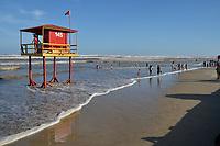 TRAMANDAI, RS, 06/02/2021 - RESSACA – LITORAL – Movimentação de banhistas durante forte ressaca do mar, com ondas altas e avanço da água na beira da praia de Tramandaí, no Litoral Norte gaúcho, neste sábado (6).