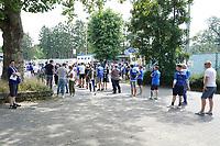 Fans warten auf Einlass am Böllenfalltor<br /> <br /> - 24.07.2021 Fussball 2. Bundesliga, Saison 21/22, Spieltag 1, SV Darmstadt 98 - SV Jahn Regensburg, Stadion am Boellenfalltor, emonline, emspor, <br /> <br /> Foto: Marc Schueler/Sportpics.de<br /> Nur für journalistische Zwecke. Only for editorial use. (DFL/DFB REGULATIONS PROHIBIT ANY USE OF PHOTOGRAPHS as IMAGE SEQUENCES and/or QUASI-VIDEO)