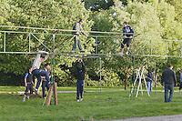 Une cinquantaine de personnes s'active pour assembler les armatures de pres de 100m de tentes et barnums
