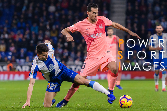 Marc Roca of RCD Espanyol (L) battles for the ball with Sergio Busquets of FC Barcelona (R) during the La Liga 2018-19 match between RDC Espanyol and FC Barcelona at Camp Nou on 08 December 2018 in Barcelona, Spain. Photo by Vicens Gimenez / Power Sport Images
