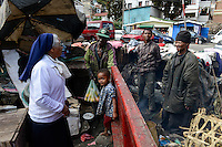 MADAGASCAR Antananarivo, catholic sister visits homeless people  / MADAGASKAR Antananarivo, CENTER FIHAVANANA fuer Strassenkinder geleitet von den SCHWESTERN VOM GUTEN HIRTEN / SOEURS DU BON PASTEUR / GOOD SHEPHERD SISTERS, Sr. ANNAMMA VATTAKOTTAYIL bei obdachloser Familie von FRANCOIS RABENATOANDRO<br /> Sohn FANOMEZANTSOA<br /> Tochter FANIRY