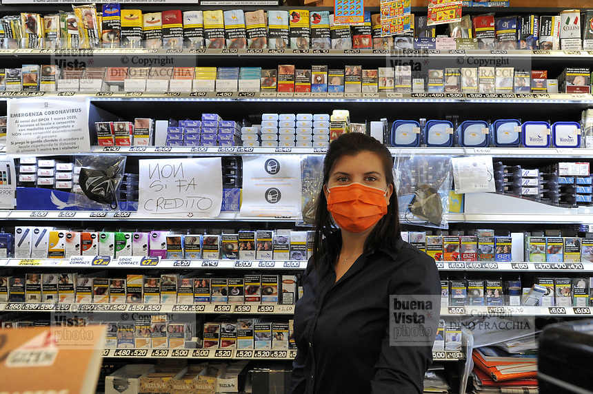 - epidemia di Coronavirus, vivere con la mascherina, la tabaccheria, Milano, Aprile 2020<br />