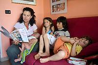 homeschooling, educazione parentale, educazione domestica. Erika De Martino e i suoi figli, durante una lezione.