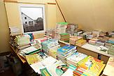 2000 Bücher befinden sich in der Schulbibliothek. Nichtstaatliche Schule in Belarus in der Nähe von Minsk, deren Schüler und Lehrer lange Wege und Überwachung in Kauf nehmen. / 2000 books belong to the school library. Privat school in Belarus near Minsk.