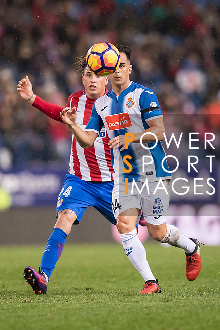 Jose Manuel Jurado Marin (r) of RCD Espanyol competes for the ball with Jose Maria Gimenez de Vargas of Atletico de Madrid during the La Liga match between Atletico de Madrid and RCD Espanyol at the Vicente Calderón Stadium on 03 November 2016 in Madrid, Spain. Photo by Diego Gonzalez Souto / Power Sport Images