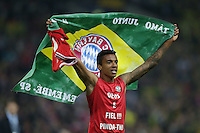 25.05.2013, Wembley Stadion, London, ENG, UEFA Champions League, FC Bayern Muenchen vs Borussia Dortmund, Finale, im Bild Jubel Luiz GUSTAVO (FC Bayern Muenchen - 30) mit brasilianischer Flagge nach dem Sieg im Champions League Finale mit 2-1 gegen Borussia Dortmund // during the UEFA Champions League final match between FC Bayern Munich and Borussia Dortmund at the Wembley Stadion, London, United Kingdom on 2013/05/25. EXPA Pictures © 2013, PhotoCredit: EXPA/ Eibner/ Gerry Schmit<br /> <br /> ***** ATTENTION - OUT OF GER ***** <br /> 25/5/2013 Wembley<br /> Football 2012/2013 Champions League<br /> Finale <br /> Borussia Dortmund Vs Bayern Monaco <br /> Foto Insidefoto