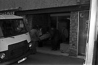 """Devant l'immeuble au 33 rue de Bayard. 19 février 1976. Vue d'ensemble de plusieurs hommes sortant sur une civière le corps du journaliste René Trouvé, assassiné dans cet immeuble. Observation: Affaire René Trouvé-Birague : le 19 février 1976, le journaliste René Trouvé est assassiné d'une balle dans la tête, par deux inconnus, alors qu'il regagne son domicile au 33 rue Bayard. René Trouvé : cet ancien waffen SS condamné à mort à la libération est grâcié après 10 ans de réclusion criminelle. Caricaturiste et rédacteur, il collabore à différents titres d'extrême droite. Il arrive à Toulouse en 1962 et travaille pour quelques revues parisiennes. En 1973, après avoir collaboré à un hebdomadaire toulousain dont le docteur Birague était l'un des bailleurs de fonds, il multiplie dans l'hebdomadaire """"Le Meilleur"""" des chroniques dans lesquelles il prend violemment à partie des personnalités toulousaines dont le docteur Claude Birague. Au moment de son assassinat, il avait plusieurs procès en cours pour diffamation. Les deux assassins Christian Portay et José Picard sont arrêté au mois de juillet. Dans leurs déclarations, les deux hommes mettent en cause une personnalité toulousaine comme étant le commanditaire du meurtre : le docteur Claude Birague, ortho-rhino-laryngologiste réputé et chef de service au Centre régional anticancéreux (CRAC, hôpital de La Grave), consul honoraire de Monaco, ancien responsable toulousain du Comité de Défense de la République et président en 1969 du Comité de soutien à Georges Pompidou qu'il connaissait personnellement depuis leurs études au lycée d'Albi. Le docteur est à son tour inculpé pour complicité d'assassinat le 16 juillet."""