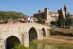 Italien, Piemont, bei Acqui Terme: Monastero Bormida, Steinbruecke, Fluss Bormida | Italy, Piedmont, near Acqui Terme: Monastero Bormida, stone bridge across river Bormida