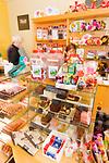 Schottland, Isle of Arran, Suesswarenladen, Laden, Geschaeft, Verkauf, Handel, Waren, Auslage, Suessigkeiten, Suesswaren, Kunden, Europa, Grossbritannien, Unitary Authority North Ayrshire, Firth of Clyde, Kilbrennan-Sund, Irische See, Reise, Travel, 2009 <br /> <br /> Engl.: Europe, Great Britain, Scotland, Unitary Authority North Ayrshire, Firth of Clyde, Kilbrennan-Sund, Isle of Arran, candy store, sweet shop, sweets, candies, trade, sale, 2009