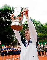 7-6-09, Amersfoort, Tennis, playoffs competitie, Leimonias coach Beugelsdijk met de beker