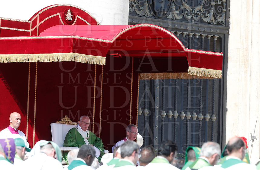 Papa Francesco celebra una messa giubilare per i catechisti in Piazza San Pietro, Citta' del Vaticano, 25 settembre 2016.<br /> Pope Frances celebrates a Jubilee Mass for catechists in Saint Peter's Square at the Vatican on September 25, 2016.<br /> UPDATE IMAGES PRESS/Isabella Bonotto<br /> <br /> STRICTLY ONLY FOR EDITORIAL USE