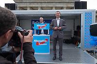 Kundgebung der rechtspopulistischen Alternative fuer Deutschland (AfD) am Freitag den 23. Mai 2014 vor dem Brandenburger Tor in Berlin zum Abschluss ihres Wahlkampf zur Europawahl 2014.<br />Zu der Kundgebung kamen ca. 200 Personen, von denen ca. die Haelfte Journalisten waren. Der Vorsitzende Bernd Lucke sprach ca 30 Minuten lang zu den Anwesenden und begab sich dann mit ausgewaehlten Parteimitgliedern in eine geheim gehaltene Gaststaette. Unterstuetzt wurde die Kundgebung von blau vermummten Partei-Aktivisten die Fahnen schwenten, Werbung verteilten und artistische Kunststuecke vorfuerhten.<br />Gegen die Veranstaltung protestierten etwa 250 Menschen mit Trillerpfeifen und Sprechchoeren.<br />Im Bild: Der Parteivorsitzende Prof. Dr. Bernd Lucke.<br />23.5.2014, Berlin<br />Copyright: Christian-Ditsch.de<br />[Inhaltsveraendernde Manipulation des Fotos nur nach ausdruecklicher Genehmigung des Fotografen. Vereinbarungen ueber Abtretung von Persoenlichkeitsrechten/Model Release der abgebildeten Person/Personen liegen nicht vor. NO MODEL RELEASE! Don't publish without copyright Christian-Ditsch.de, Veroeffentlichung nur mit Fotografennennung, sowie gegen Honorar, MwSt. und Beleg. Konto: I N G - D i B a, IBAN DE58500105175400192269, BIC INGDDEFFXXX, Kontakt: post@christian-ditsch.de]