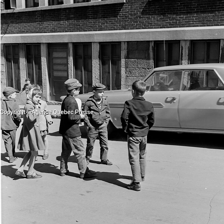 Enfants jouant dans les rues de la ville de Québec, en 1963<br /> PHOTO : Agence Quebec Presse - Photo Moderne