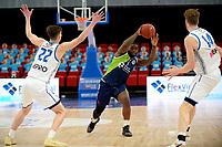 10-04-2021: Basketbal: Donar Groningen v ZZ Leiden: Groningen, Leiden speler Giddy Potts speelt zich vrij tussen Donar speler Will Moreton en Donar speler Thomas Koenis
