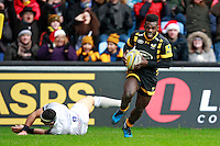 Photo: Ian Smith/Richard Lane Photography. Wasps v Bath Rugby. Aviva Premiership. 24/12/2016. Wasps' Christian Wade (R) scores his side's first try despite the attentions of Bath's Kahn Fotuali'i.