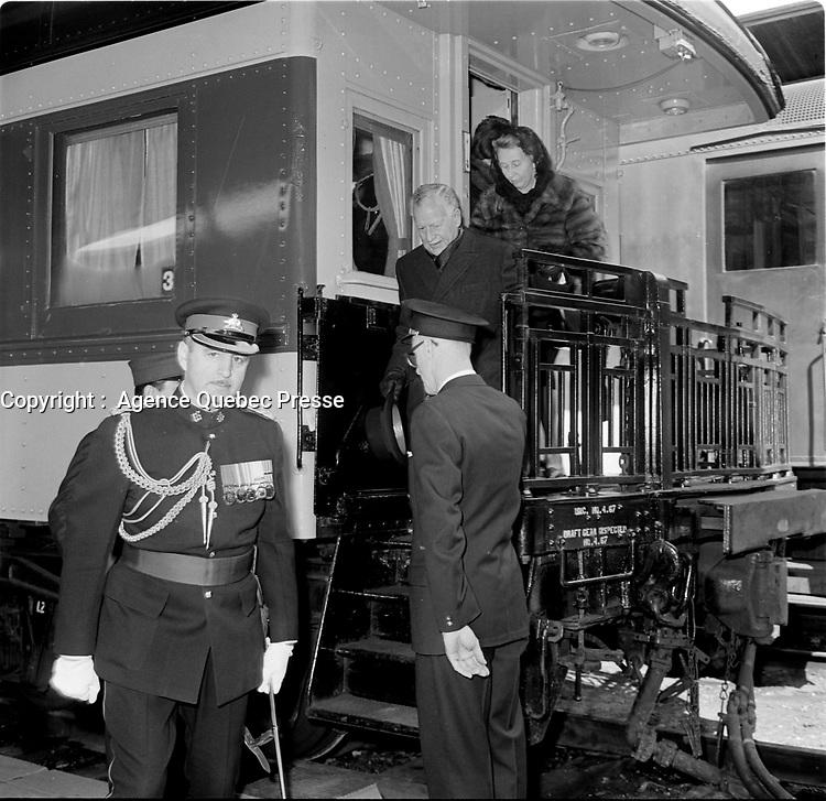 Le Gouverneur general du Canada Roland Michener arrive par train pour sa <br /> visite de la Citadelle de Quebec en avril 1967 (entre le 1er et le 7, date exacte inconnue)<br /> <br /> PHOTO : Agence Quebec Presse - Photo Moderne