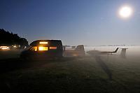 Moonlightstory: DEUTSCHLAND, SACHSEN, 05.08.2009: Abgestellte ASH 26 E in Klix nahe Bautzen mit Wohnmobil, Segelflugzeug, Sport, Luftsport, Abenteuer, fliegen, Nebel Mondlicht, Nachts